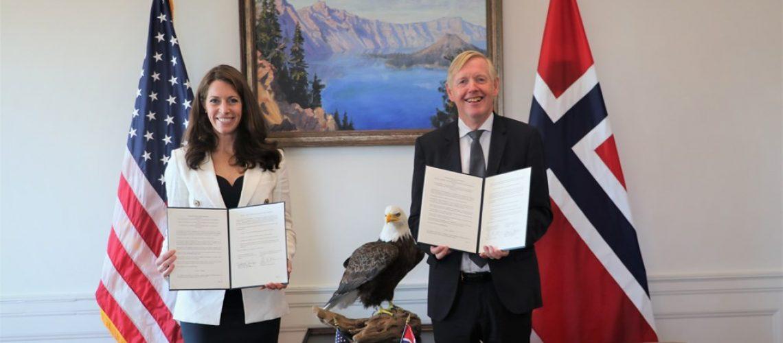 Samarbeidsavtalen ble undertegnet i dag av viseminister i Innenriksdepartementet, Katharine MacGregor og ambassadør Kåre R. Aas i Washington D.C.